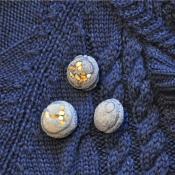 drie  x blues met gele steentjes op gebreid vest