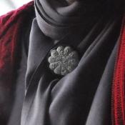 grijze bloem op een shawl